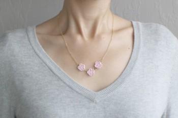 このネックレスはほどよい桜のサイズ感が絶妙。主張しすぎず、すっと肌に馴染んでいます。