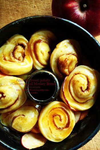 何個もパンを丸めるのではなく、シナモンロールを輪切りにして、モンキーブレッド風に。型に詰め込むときに、セミドライしたリンゴと生のサツマイモも加えて、ほくほくしっとり...。いろんな食感と味覚のマリアージュにうっとりしてしまいそうです。