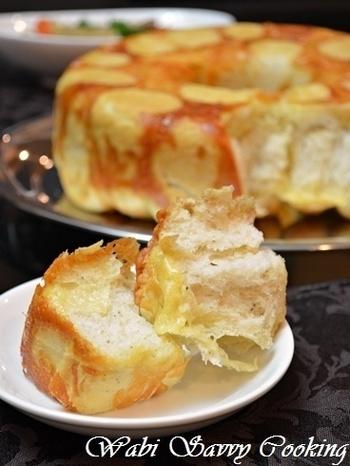 型にパン生地を詰める時に、たっぷりのチェダーチーズも一緒に詰め込んで焼き上げたモンキーブレッド。パンの周りにカリッとくっついたチーズがおいしそう!