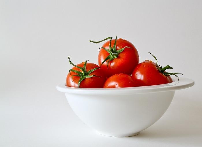 女性に嬉しい美肌効果に、血中の中性脂肪の低下、ビタミンもたっぷりのトマト。 まるごと炊いて美味しく健康に。