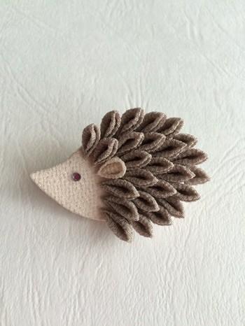 ハリネズミのトゲをつまみ細工で表現。可愛らしいハリネズミにほっこりしてしまいますね。