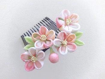 白とピンクの淡い色合いにきゅんとしてしまう春にぴったりの桜のコーム。