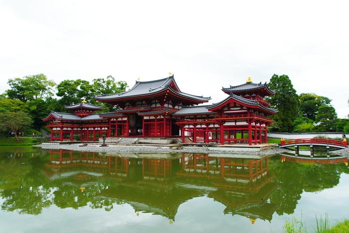 平安時代後期に創建された平等院。関白・藤原頼通が極楽浄土を表現した寺院で、世界遺産に登録されています。十円硬貨に描かれていることでも有名ですね。