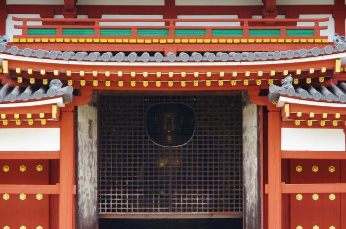 阿弥陀如来坐像が安置されている様子は鳳凰堂の外からも伺えます。阿弥陀如来像の顔部分には窓が設けられています。