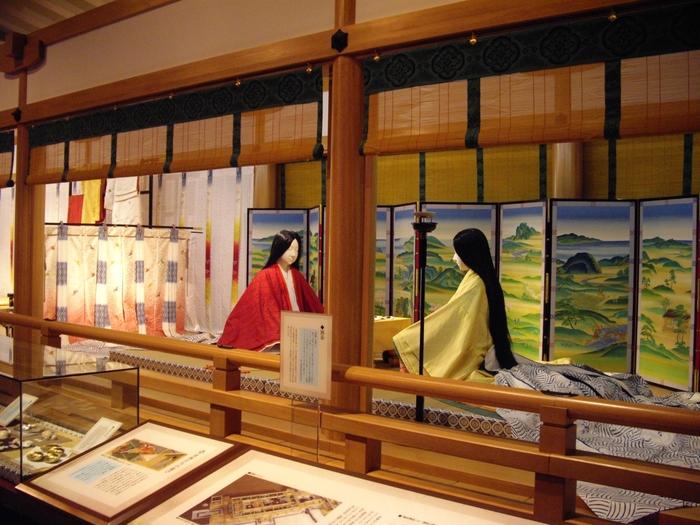 源氏物語には宇治が舞台となった「宇治十帖」という物語があります。そのため、源氏物語ゆかりの地である宇治には、国内唯一の源氏物語に関する博物館「源氏物語ミュージアム」があります。  こちらは「平安の間」。平安京と光源氏をテーマとした展示が行われています。