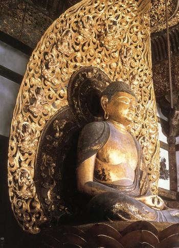 鳳凰堂に安置されている、国宝の「阿弥陀如来坐像」。阿弥陀如来は、当時厚く信仰されていた浄土教において、「南無阿弥陀仏」と唱えた全ての者を極楽浄土に導くとされています。