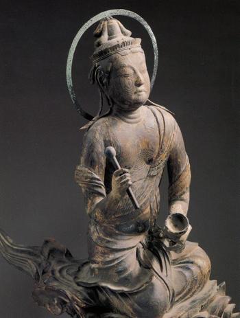 国宝の雲中供養菩薩像。手に持っているのは「鏧(きん)」という仏教で用いる楽器です。雲中供養菩薩像はこれ以外にさらに51躯あり、それぞれ様々な楽器を演奏したり、舞を舞ったりしています。  高畑勲監督作品「かぐや姫の物語」での月からのお迎えのシーンは、この雲中供養菩薩像が参考にされています。