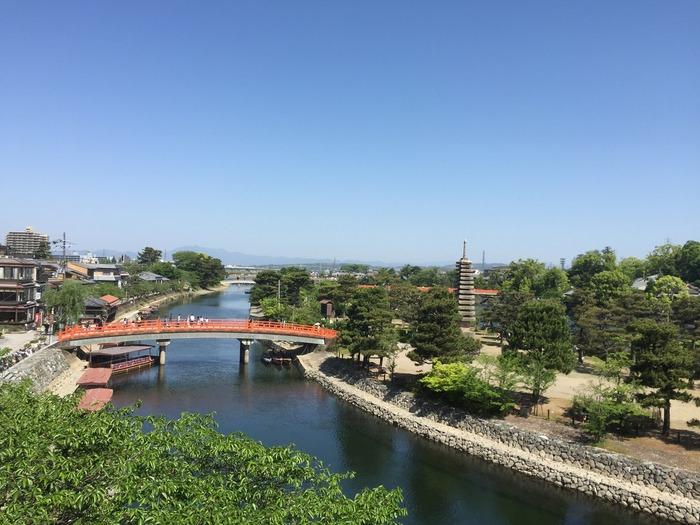 JR京都駅から快速で17分の宇治。京都市中心部に比べると観光客の数は少なめで、穏やかな雰囲気のまちです。しかし、世界遺産や国宝が多く、宇治川などの自然にも恵まれていて、魅力はたくさんあります。また、源氏物語や源平の合戦など歴史的なゆかりがある地でもあります。そんな宇治の見所をご紹介します。