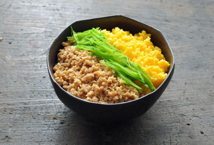 甘辛く煮た鶏そぼろ、炒り卵は前日までに仕込んでおいて、当日朝は絹さやを茹でて千切りにするところだけ行います。絹さやは、ホウレン草やインゲンなど、お好みの緑の野菜でOK。桜でんぶも入れて4色丼にしても良いですね。