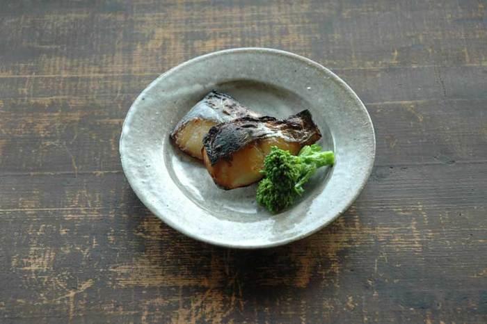 脂ののった白身魚の西京焼きは、お弁当をグレードアップしてくれます。お店で買うと高い西京焼きですが、味噌床に魚を漬けておくだけでつくれるので、実はお手軽メニュー。朝、漬けておいた魚をグリルで焼くだけです。