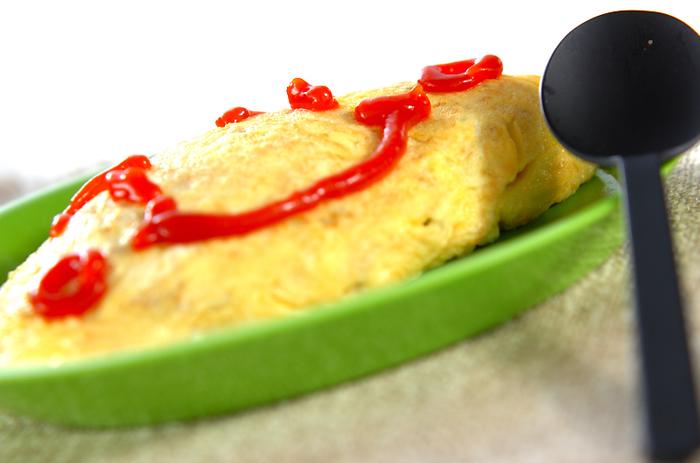 蓋をあけて、思わず笑顔がこぼれるオムライス弁当。半熟卵は衛生面で不安があるので、薄焼き卵でケチャップライスを巻きましょう。冷凍ごはんがあれば、朝でも簡単につくれます。