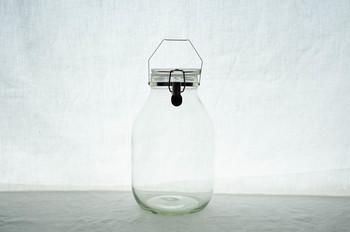 保存容器は口の広いものがオススメ! 果実酒専用の瓶もあり、注ぎ口のついた内ブタがついているものはとても便利です。  大きさは使用するリカー(蒸留酒)の2倍が目安です。
