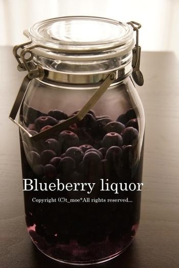 ブルーベリー酒も、時間がたつと綺麗な紫色になってきて、色の変化が楽しめる果実酒です。ベリー系の果実をいろいろ入れて作ってもいいですね。