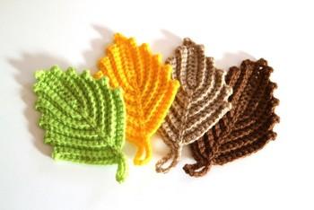 アクリル100%の毛糸でできているアクリルたわし。アクリル毛糸は、特有の細かい繊維でできており、その毛糸を編み込んでたわし状にすることでミクロレベルの汚れをかき取ることができるようです。