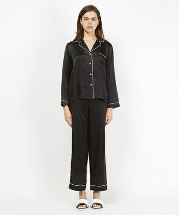 シルク素材の贅沢なパジャマ。シンプルでユニセックスなデザインも素敵です。シルクの肌触りの良さと吸湿性、保湿性、放湿性に優れているので、暑い夏も快適に過ごせますよ。