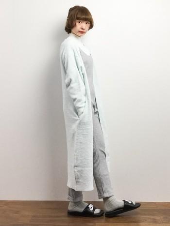 グレーのリブジャンプスーツです。お出かけするときに着用してもOKなデザインも可愛らしいですね。