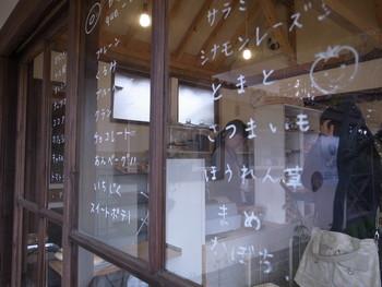 入口の窓ガラスに書かれたメニューも、お店の可愛い雰囲気にピッタリ。こんなにあるの?!と驚くほど種類が豊富です。