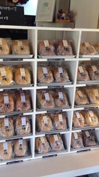 常時約20種類のベーグルが販売され、どれか選ぶのに迷ってしまうほどの品揃え。プレーン・くるみ・クランべりー・いちじく・シナモンレーズン・スイートポテトなどなど、どれを取っても美味しそう♪