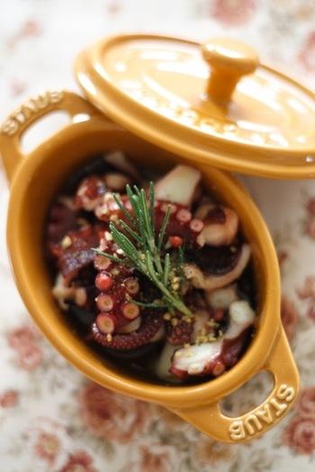 タコの旨味が染みた美味しいアヒージョ。お好みで仕上げにレモンを絞れば、暑い季節もさっぱり食べられます。