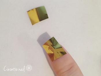 爪にトップコートを塗って乾く前にネイル用のホイルをペタペタと抑えるだけです。 仕上げにサイドトップコートを塗れば出来上がり♪