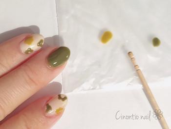 ベースカラーを塗ったら、爪楊枝の持ち手の方に付けてちょんちょんと花ビラを描いていきます。 細い方で花の真ん中と茎を描いたら完成です♪ 爪楊枝の形をうまく活かせば簡単に花柄が描けますね。