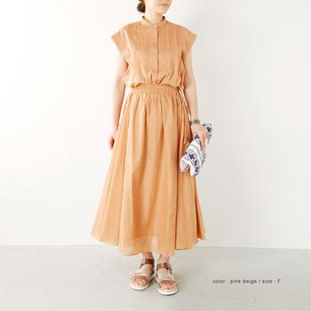 ふんわりと柔らかな質感が素敵なロングスカートは、ウエスト部分のシャーリングが自然なゆれ感を作っています。同系色のトップスと合わせて、セットアップとして着こなしても◎。合わせる小物類は、刺繍のハンドバッグなど、ちょっとエッジの効いたものを選んでメリハリをつけましょう!