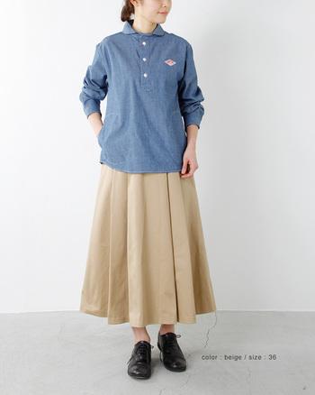 DANTON(ダントン)のスカートは、大きめのタックがふんわり広がる美しいシルエットを作り出しています。ハリのある生地感がデニムシャツと相性抜群。