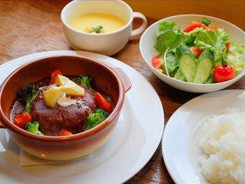 豆腐が練りこまれた手作りハンバーグは、お子様や女性に大人気のメニュー。オーブンで焼き上げられたハンバーグから出る肉汁とデミグラスがたまりません。