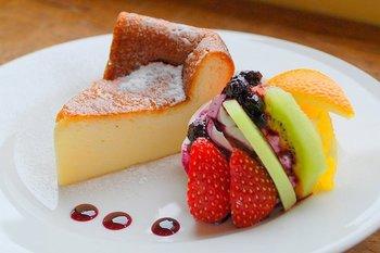 クリームチーズを贅沢に使って、まったりとした食感と濃厚な味わいのベークドチーズケーキ。添えられたフルーツとの相性も◎。コーヒーとよく合います。おすすめのデザートは他にもブリュレやプリン・パフェなどメニューも豊富です。