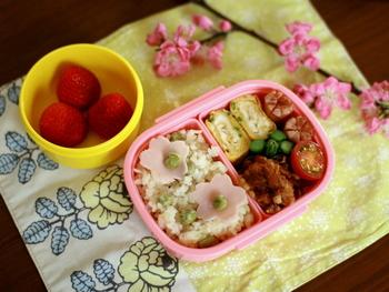 マリメッコの「VIHKIRUUSU(ヴィッキルース)」の生地で、プレイスマットを手作りしたんだそう。華やかなのに甘すぎないテイストが素敵。