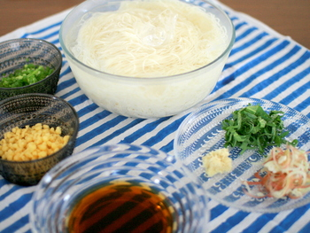 冷たい素麺とブルーのボーダーがよくマッチしていますね。涼しげなプレイスマットのおかげで素麺もいつもより美味しく感じるはず。