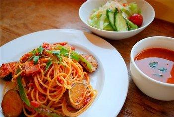 玉ねぎやセロリ・香草などを加えてじっくりと煮込んだオリジナルのトマトソースが季節の野菜をさらに美味しく引き立たせているパスタ。ベーコンの旨みもたっぷり。