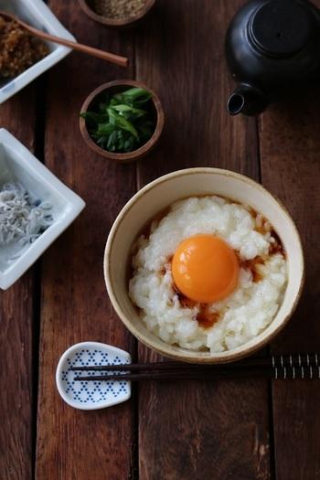 卵の白身を泡立てると、空気を含んでフワフワでトロトロで、ツルツルとした食感の「卵かけご飯」に。  泡立てた白身と炊きたてご飯を予めよく混ぜてフワフワにしたところに、黄身をのせて頂きます。  醤油の種類を変えたり、お好みのトッピングをしたりする方法もあります。