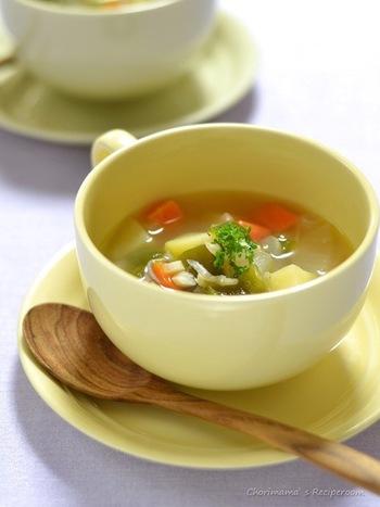 炒飯やピラフに鉄板のスープ。メインがご飯もので野菜が少なくなるから付け合わせは野菜をしっかり食べたいですね。しらすとお好みの野菜をごろっと入れたコンソメ味の野菜スープは、和洋中どんなメインにも合う野菜スープです。