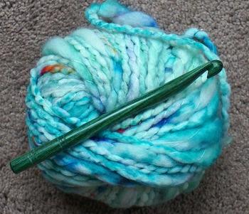 アクリルたわしを作るには、アクリル100%の毛糸を使うのが基本です。最近ではアクリルたわし専用の毛糸が多く販売されています。もちろん、100均のアクリル毛糸でもOK!かぎ針は、7/0〜8/0号がおすすめです。