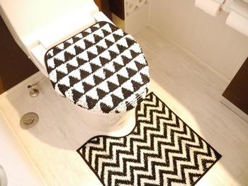 トイレマット&便座カバーは手軽に雰囲気を変えれるのでオススメ!モノトーンのトイレマット&カバーで個性をアピール!