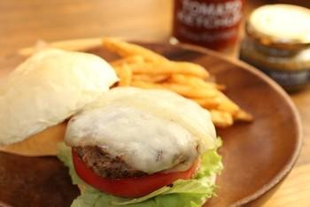 那須産生乳を使用したチーズ工房『今牧場』の深いコクと香りのチーズをのせたチーズバーガーも大人気。お肉も噛めば噛むほど肉汁が出てきて、旨みぎっしり。