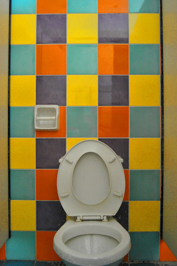 カラフルな個性の強い壁紙も、限られたスペースだから遊んでみても素敵かも。