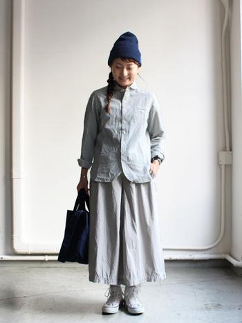 シンプル&カジュアルなワントーンスカートコーデに、ニットキャップをプラス!ほっこりとした雰囲気になりますね。