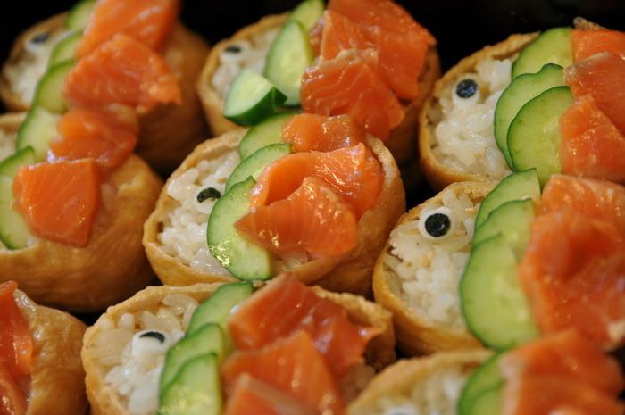 端午の節句には、鯉のぼりにみたてたいなり寿司がおすすめ。キュウリとサーモンでうろこを、海苔とチーズで目を描けば、あっという間にかわいらしいいなり寿司ができちゃいます。