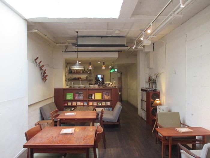 timepeace cafe(タイムピースカフェ)は、北欧ヴィンテージのインテリアに囲まれた落ち着く空間。賑やかな河原町にありながら、静かでゆったりとした時間が過ごせます。ビルの3、4階がカフェになっていて、4階は白い壁がすっきりとした空間です。本を読みながらくつろげます。