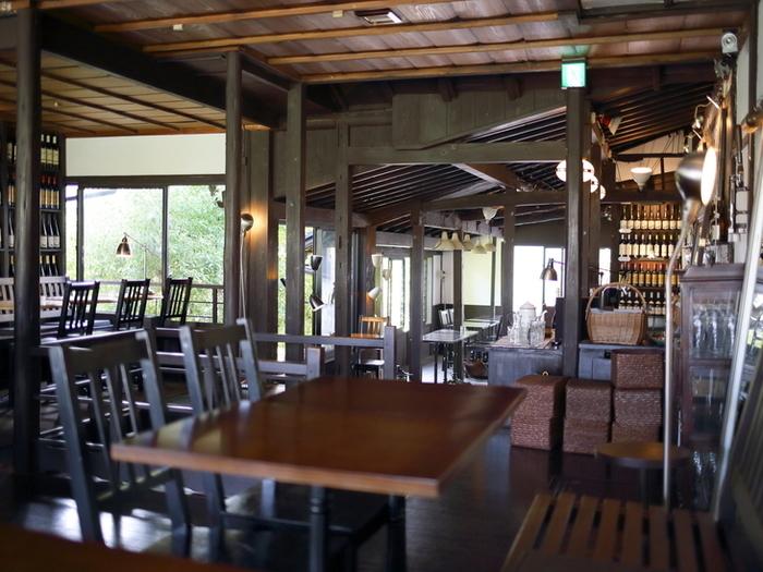 Kawa Café(かわカフェ)は、その名の通り川沿いにある町家カフェです。大きな窓から鴨川を一望できるのが魅力。カフェはもちろん、早めのランチや、夜にはディナーやバーも楽しめます。
