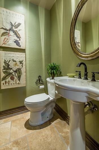 グリーンでまとめたトイレ。優雅な雰囲気を漂わせる、オシャレなトイレですね。