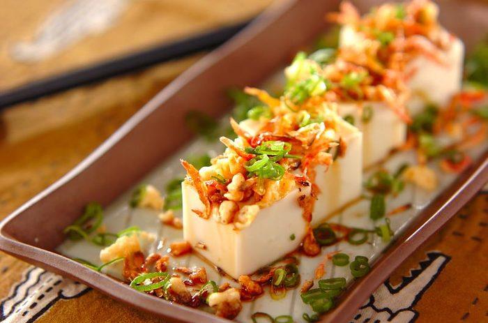 胡麻豆腐はお料理の最後にデザート感覚でいただくのも良いですが、胡麻豆腐に干しサクラ海老やねぎと天かすをトッピングすると何とも豪華な一品に。とても手軽にできてしまうのに大満足な付け合わせになります。