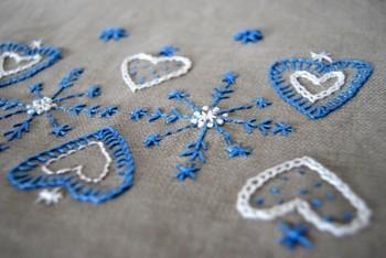 リトアニア製のリネン生地に、伝統的な柄をアレンジして刺しゅうされた一枚。 ハートと雪の結晶のような柄が素敵ですね。