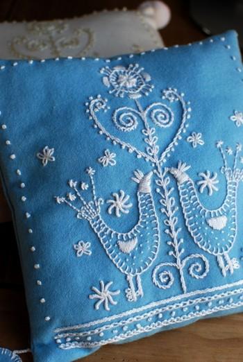 2羽の鳥の刺繍は「幸運と愛情」のシンポル。1950年代頃のスウェーデン刺繍の雰囲気がある飾りクッション。