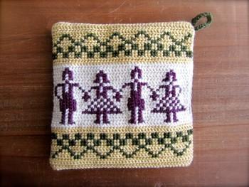 スウェーデン生まれの糸で刺しゅうしたポットマット。 男女が交互に並ぶ、伝統的な北欧柄をアレンジして。