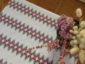 繊細な刺しゅうが施されたテーブルクロス。 1針1針、丁寧に仕上げられています。