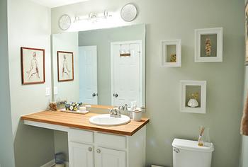 シンプルなトイレだけれど、絵があるのとないのでは大違い。自分の好きな絵を飾ってみて♪