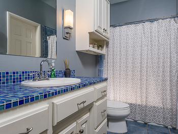 手洗い場に敷き詰められたブルーのタイルがレトロな雰囲気。